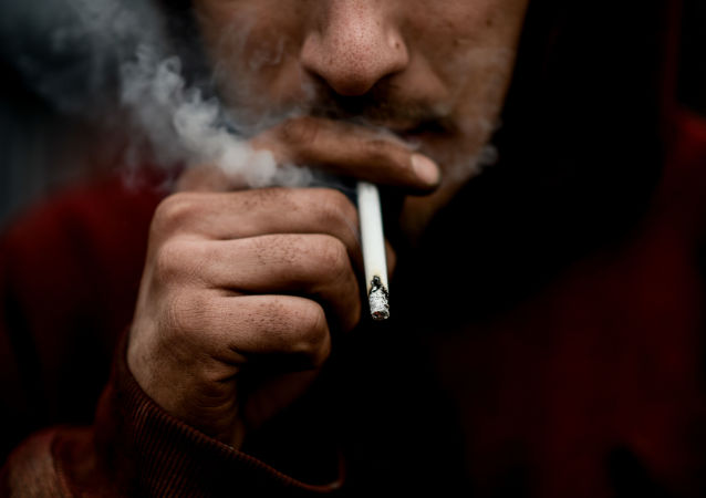Muž kouří