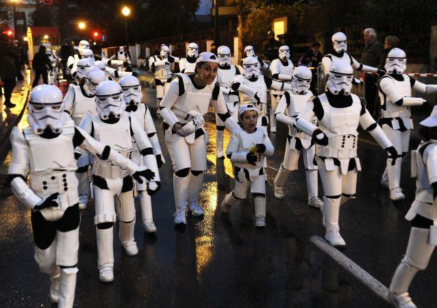 Účastníci karnevalu v Gijónu jsou oblečeni jako říšské bitevníky