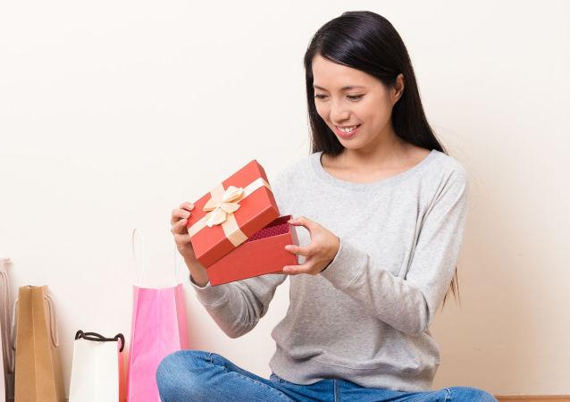 Dívka rozbaluje dárečky