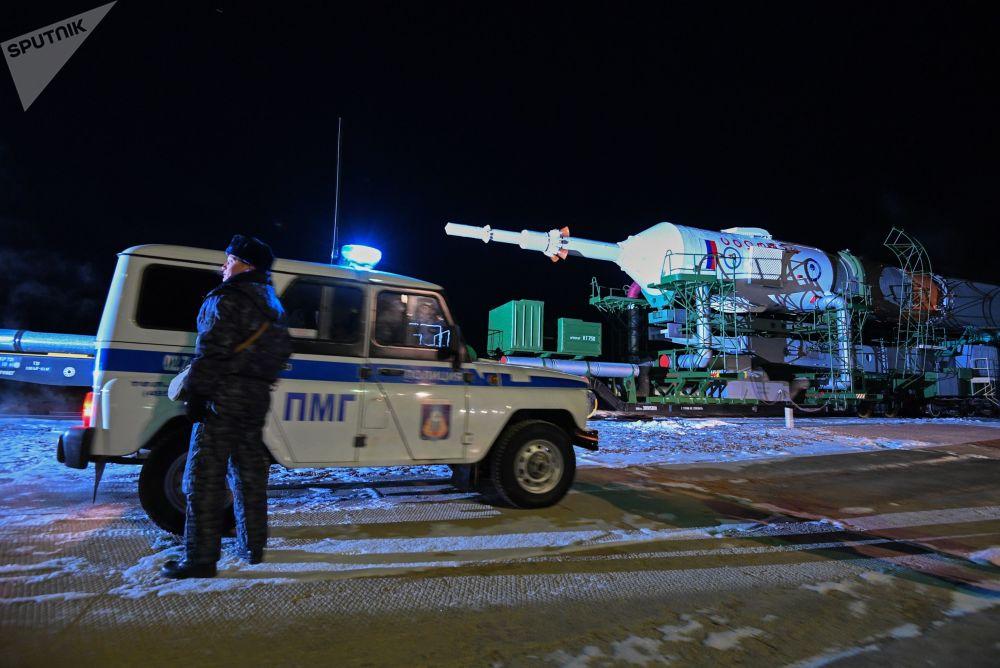 Vztyčení nosné rakety Sojuz-FG na Bajkonuru