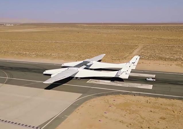 Největší letadlo na světě bylo testováno na startovací ploše