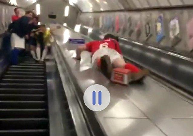 Rychlý sestup do metra skončil pro opilého Brita dvojí ránou do rozkroku