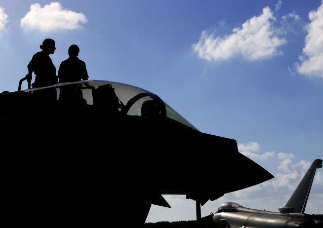Britští letci a jejich stíhačka Typhoon