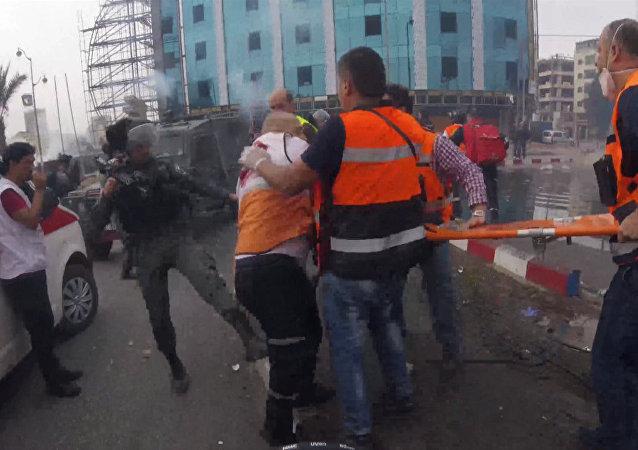 Policisté kopanci odehnali mediky od zraněného Palestince
