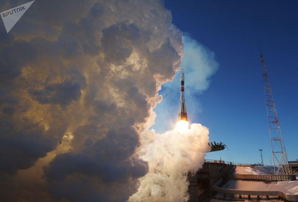 Start nosné rakety Sojuz-FG s pilotovanou kosmickou lodí Sojuz MS-07 na kosmodromu Bajkonur