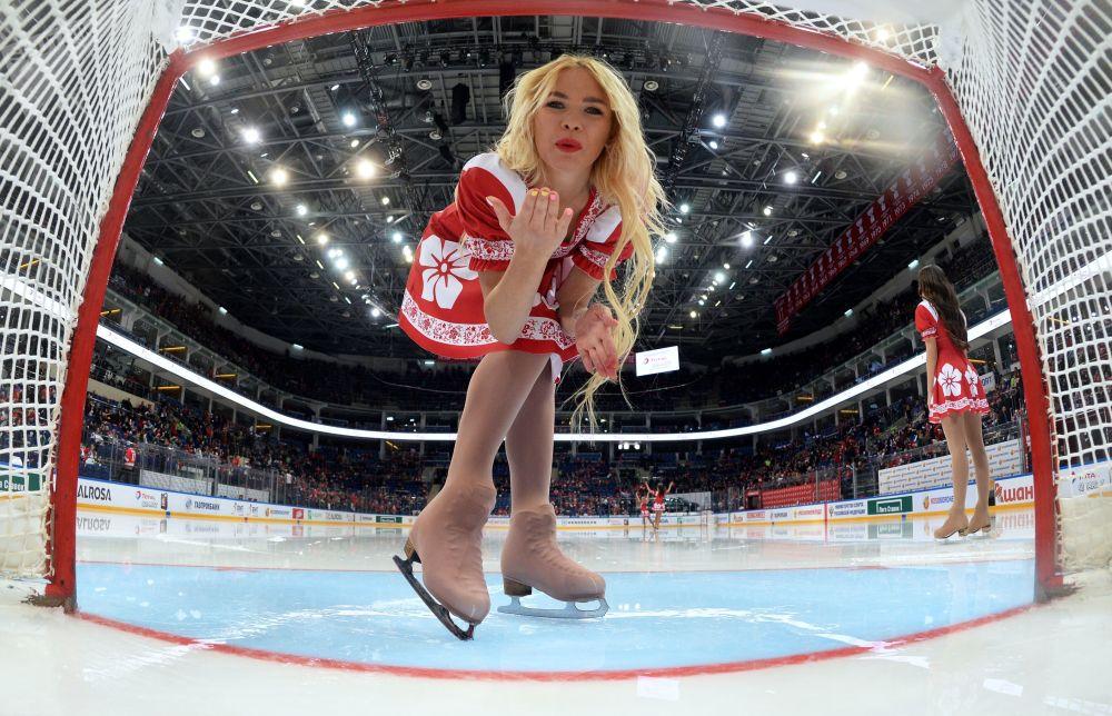 Roztleskávačky o přestávce zápasu Rusko – Kanada