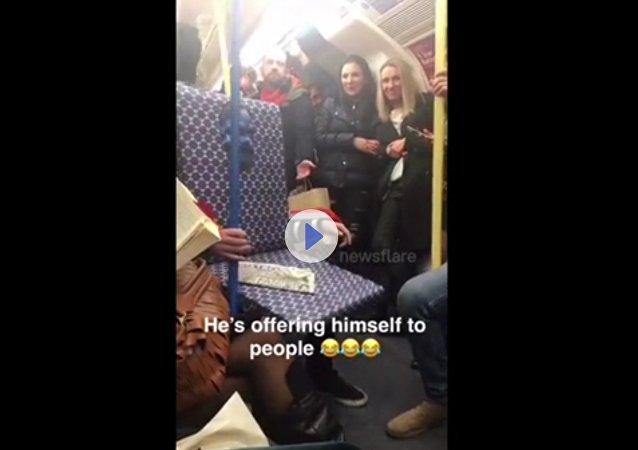 Živé sedadlo v metru nabízí své služby cestujícím