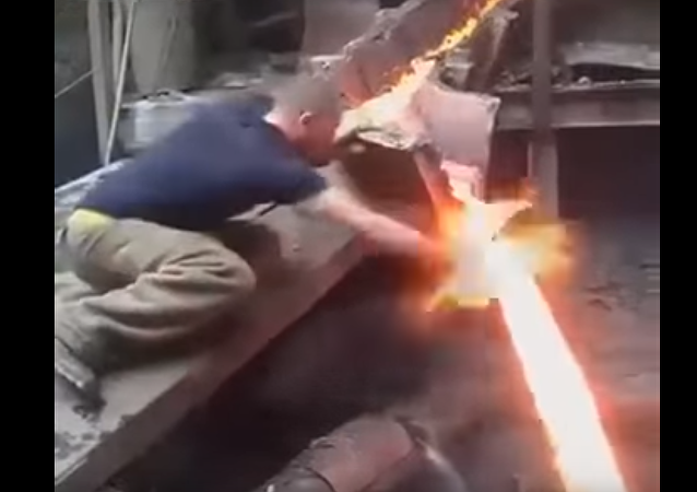 Tvrdý ocelář ponořil holou ruku do roztaveného kovu