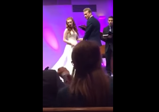 """""""Nevěsta tě už zabila?"""" Američan se stal hvězdou, když se zmrzačil na svatbě"""