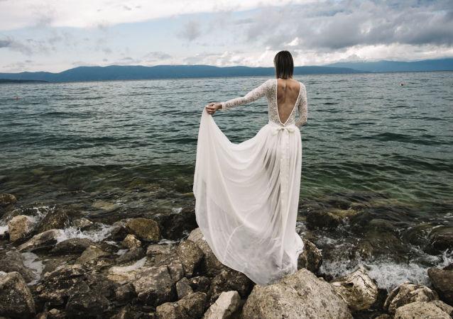 Nevěsta v svatebních šatech