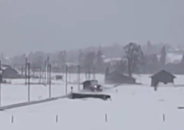 Ve Švýcarsku vítr porazil vlak. Video