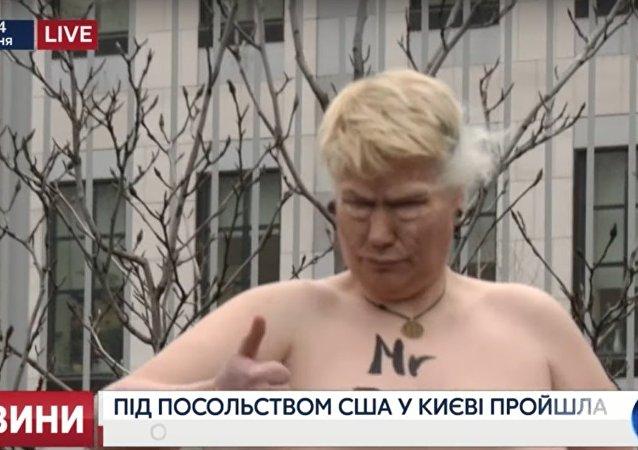 Nahá aktivistka zobrazující Trumpa uspořádala akci v Kyjevě