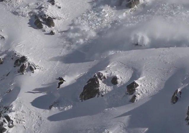 Snowboardista závodil v Pyrenejích s lavinou