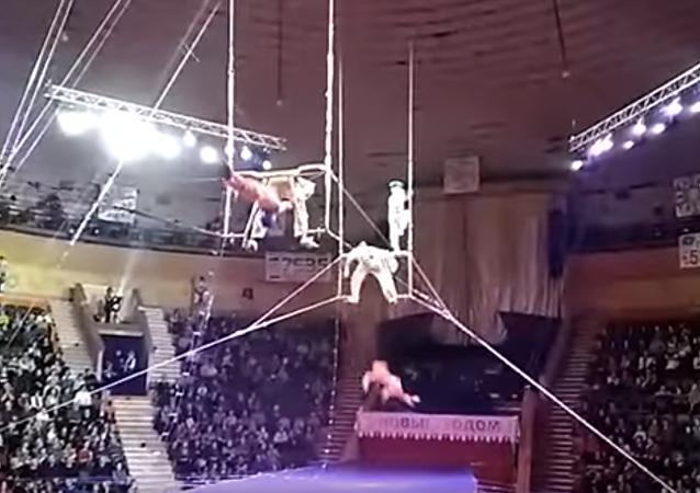 Pád vzdušné akrobatky v cirkuse