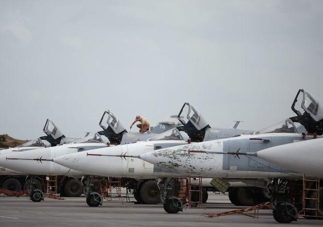 Stíhačky Su-24 na letecké základně Hmeimim v Sýrii