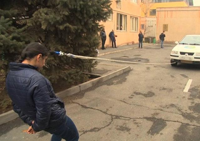 Superhrdinka z Arménie snadno odtáhla auto pomocí svých vlasů