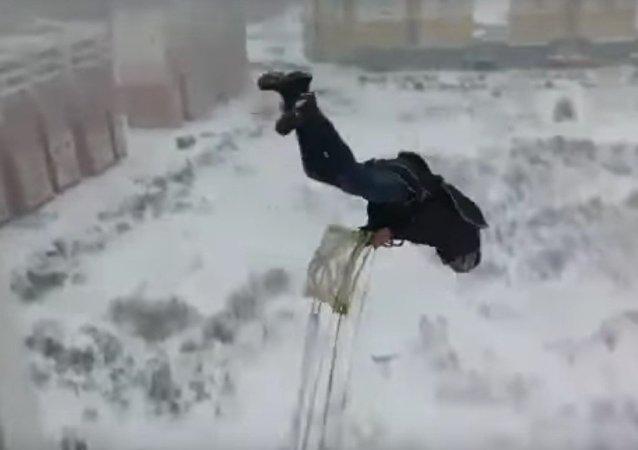 Ruský hazardér vyskočil po hlavě z balkónu obytného domu