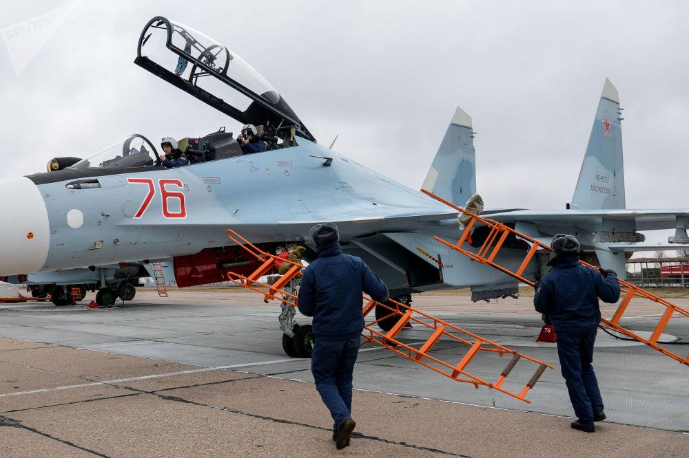 Piloti leteckého pluku Západního vojenského okruhu v kokpitu víceúčelové stíhačky Su-30SM ve výcvikovém prostoru ve Voroněžské oblasti.