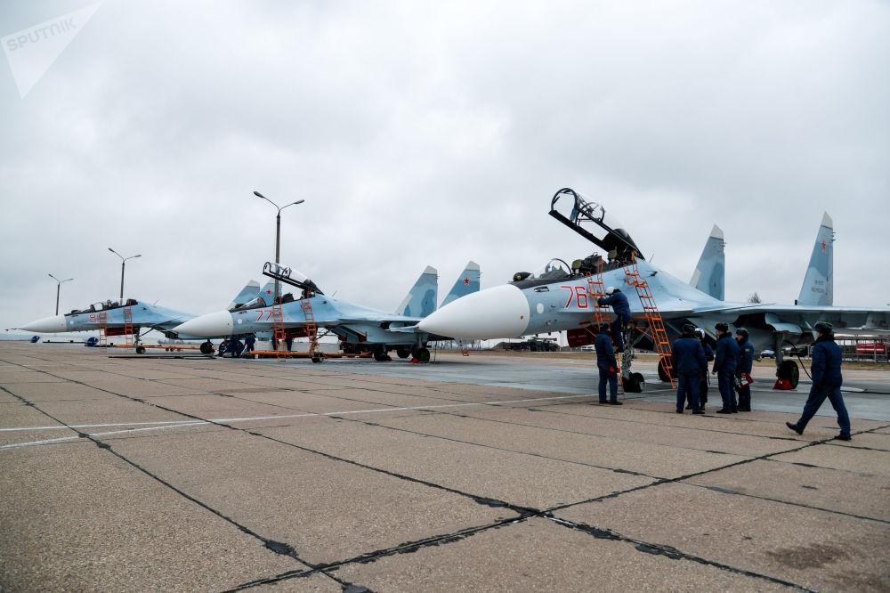 Víceúčelové stíhačky Su-30SM během tréninku ve výcvikovém prostoru ve Voroněžské oblasti.