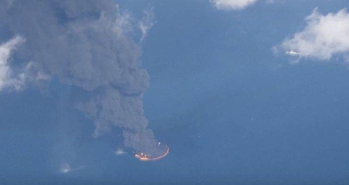 Obrovská hořící ropná skvrna