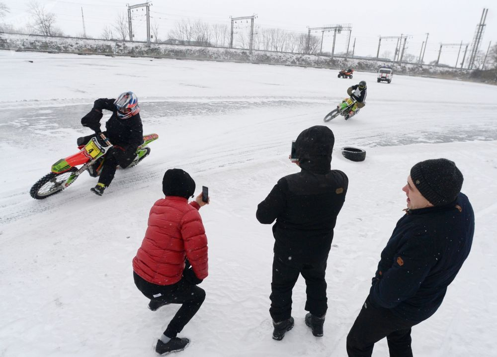 Led a gumy: motocyklové závody na ledu ve Vladivostoku