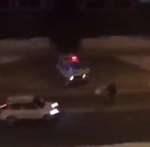 Policisté se snažili zastavit zloděje auta sněhovými koulemi. Video