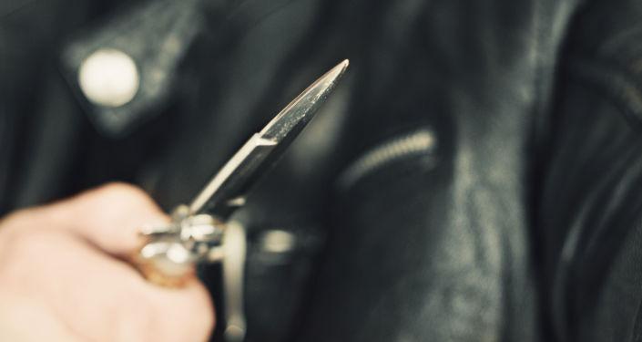 Muž s nožem v ruce