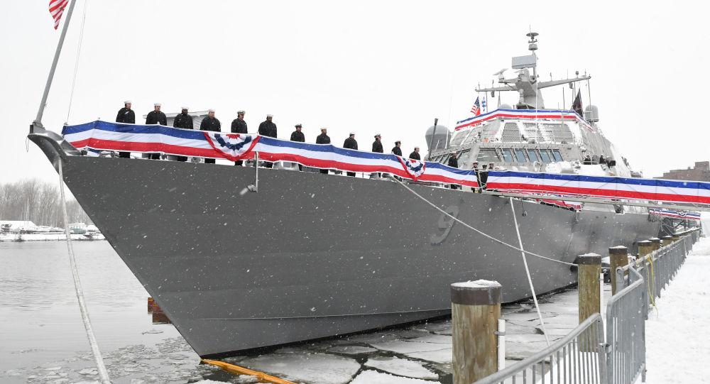 Bojová loď amerických vojenských námořních sil USS Little Rock