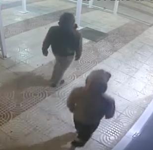 Zloděj velmi litoval, že tento večer nezůstal doma