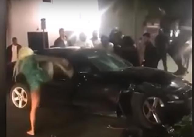 Blondýna v plavkách nohou vyrazila okno auta a vylekala řidiče