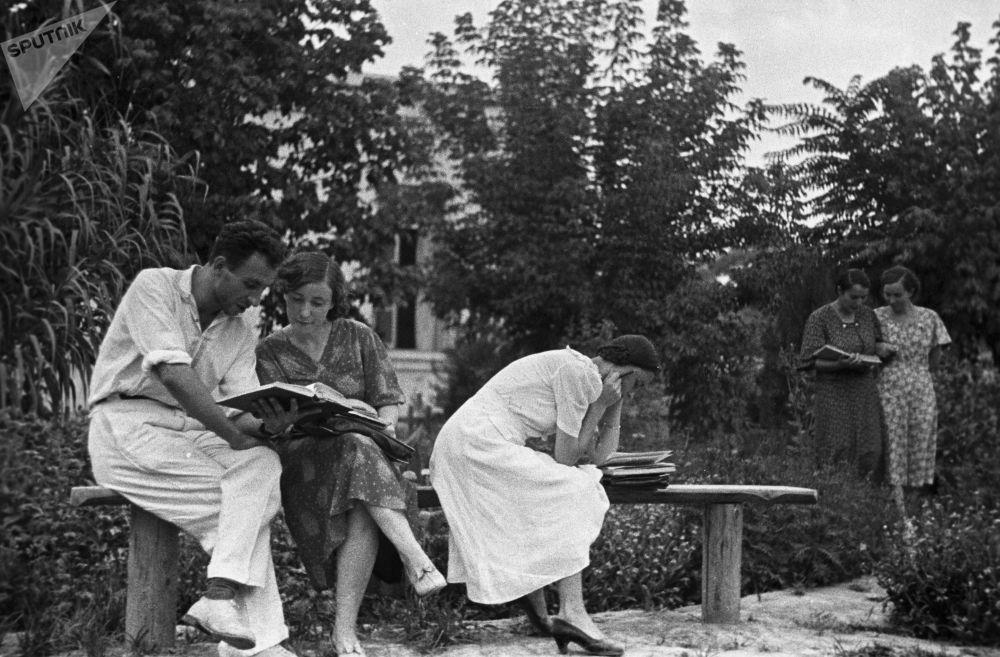 Živé záběry ze životů sovětských a dnešních studentů