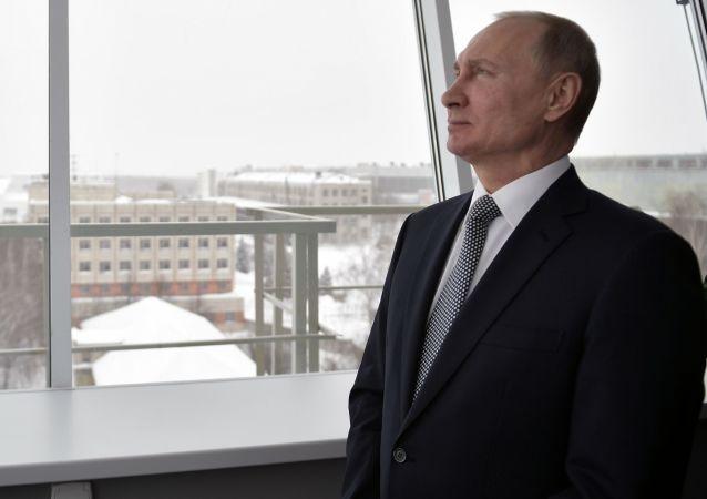 Vladimir Putin pozoruje let nového bombardéru Pjotr Dějněkin