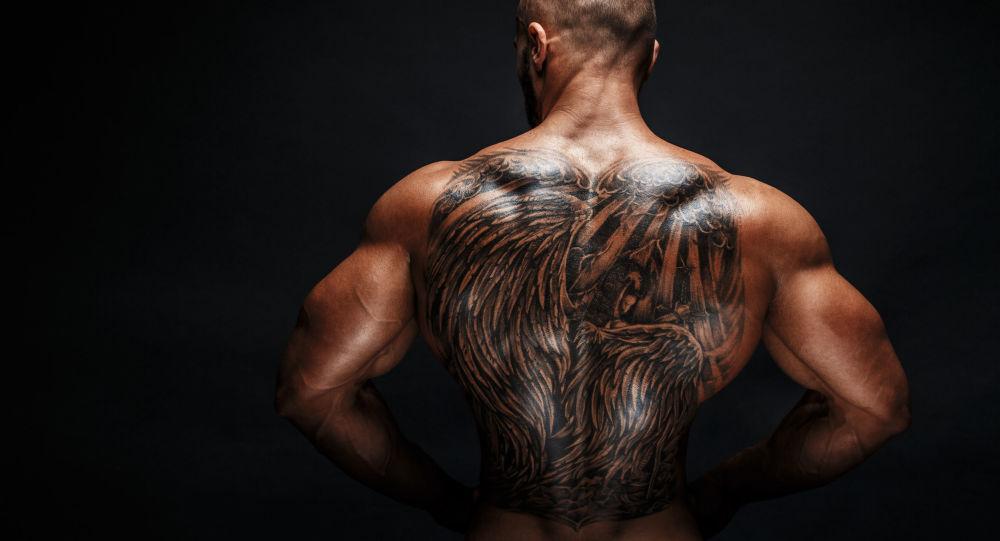 Muž s tetováním. Ilustrační foto