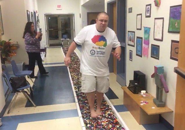 Američan ušel bosky po součástkách Lego 36 metrů a stanovil světový rekord