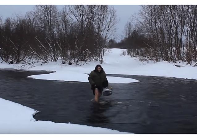 Ruská babička přechází přes řeku