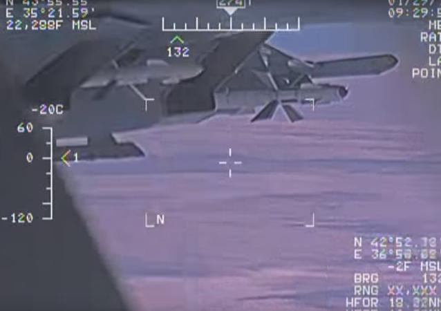 Nová videa zachycení amerického průzkumného letadla ruským Su-27