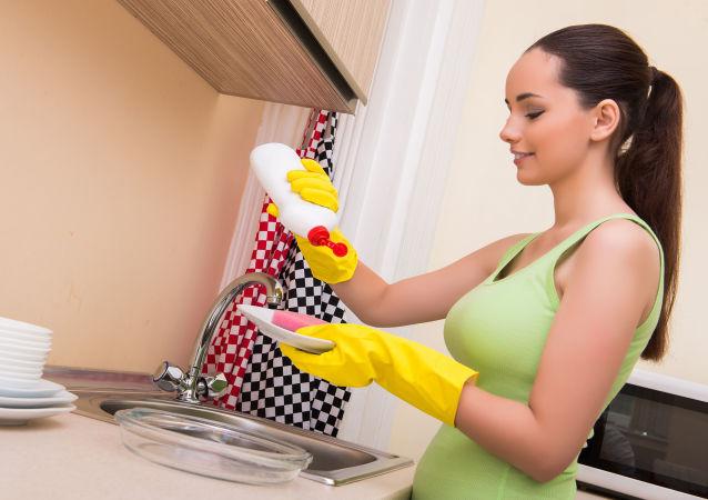 Dívka myje nádobí