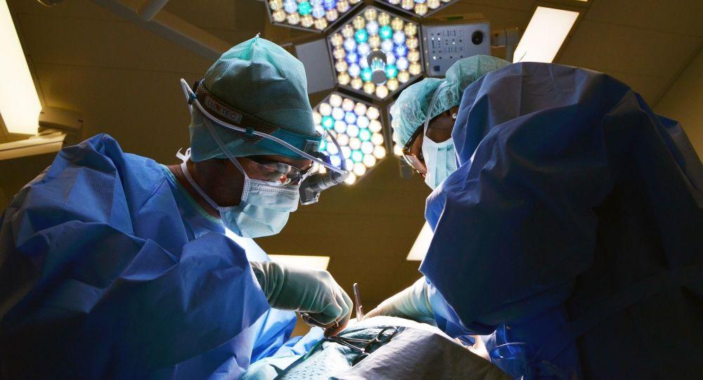 Lékaři během operace. Ilustrační foto