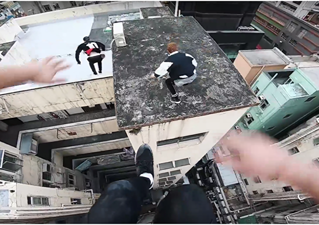 Odvážlivci přeskakují střechy budov v Hongkongu