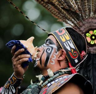 Účastník festivalu Indigenous Peoples' Day v New Yorku