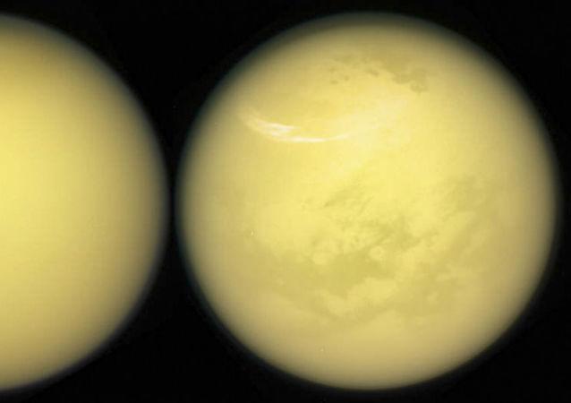 Snímek Titanu vyfocený sondou NASA Cassini