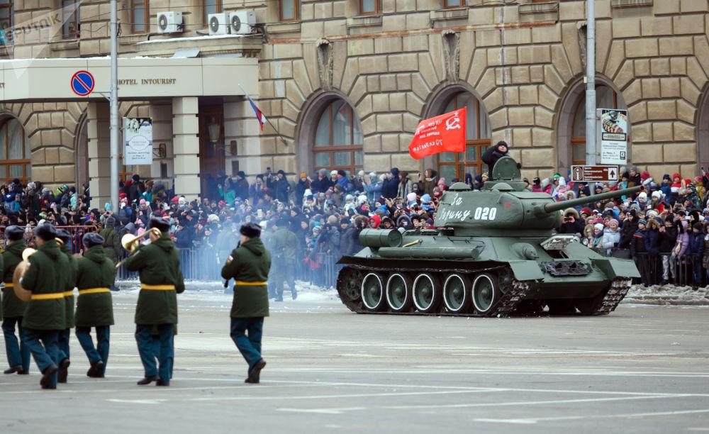 Přehlídka na počest 75. výročí vítězství ve Stalingradské bitvě