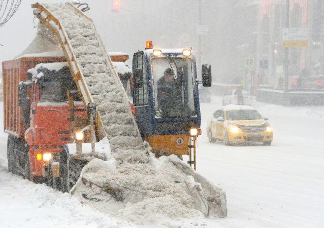 Technika na odklízení sněhu v Moskvě