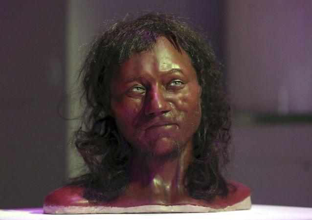 Rekonstrukce podoby hlavy kostry pravěkého muže z Velké Británie