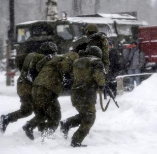 Ruští vojáci na pozadí raketového komplexu S-400