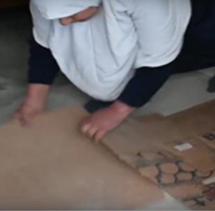V Mosulu lidé musí pohřbívat těla přímo doma pod kobercem