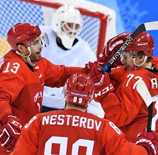 Ruští hokejisté Dacjuk, Nestěrov a Kaprizov oslavují gól v zápase se Slovinskem