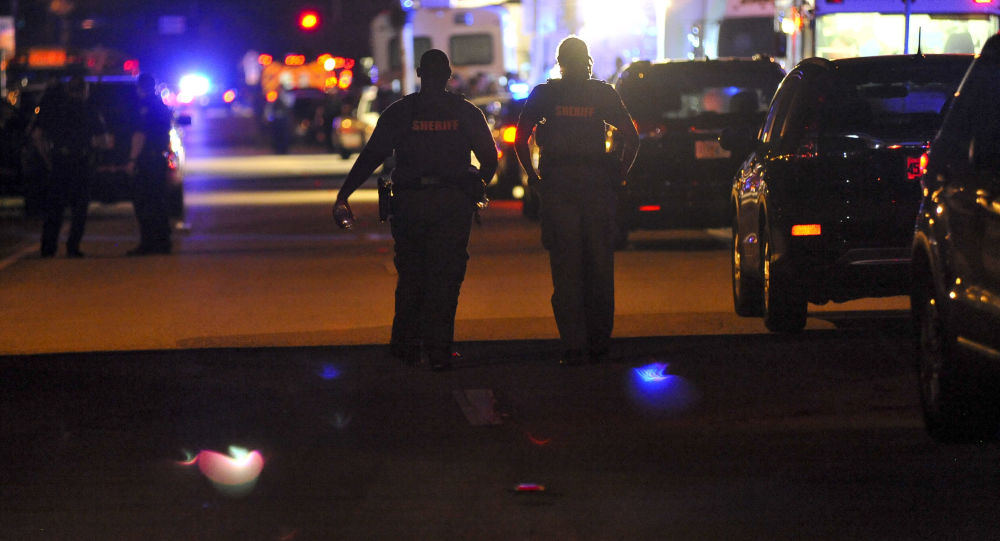 Police na místě útoku na školu v Parklandu, Florida