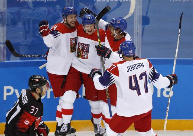 Čeští hokejisté během zápasu s Kanadou