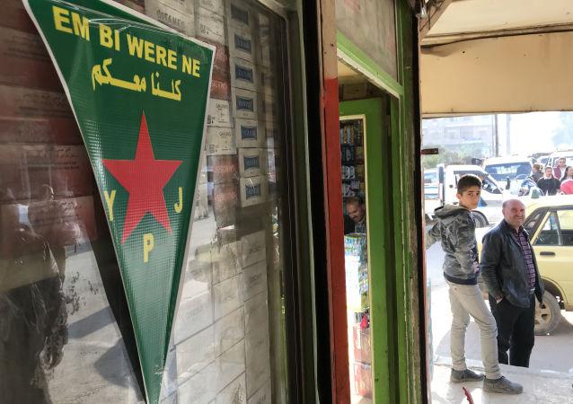 Vlajka kurdských sil sebeobrany v Afrínu